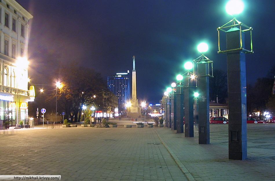 Рига. Вид на памятник свободы (Brīvības piemineklis) из старого города (Vecrīga)