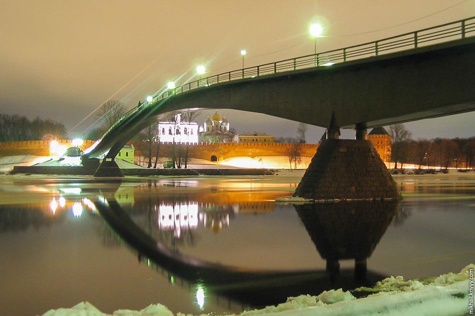 Новгородский кремль. Пешеходный  мост.