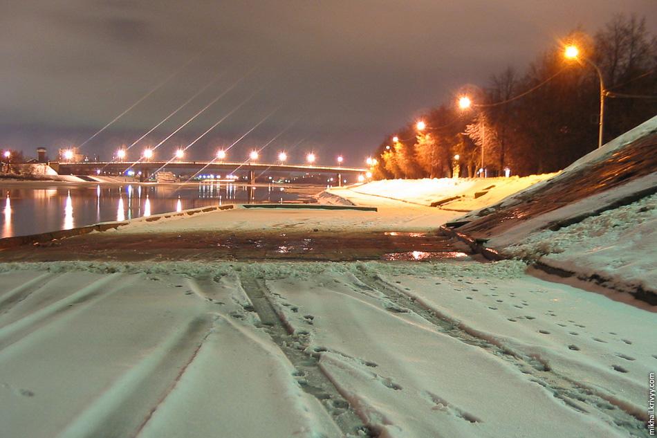 Волхов. Набережная Александра Невского. Пешеходный мост.