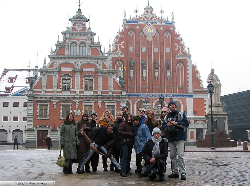 «Экскурсионная группа» и дом черноголовых.
