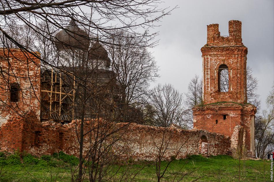 """Главные ворота монастыря находились """"с воды"""" - со стороны реки Веряжа."""