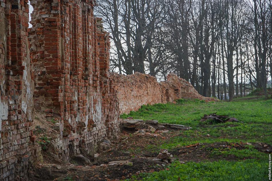 То что осталось от стен монастыря.