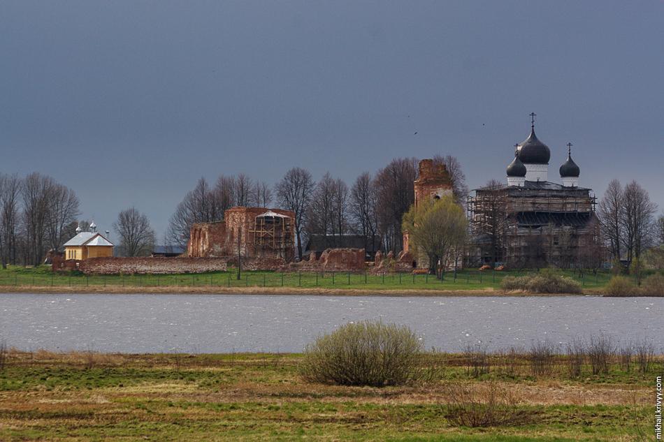 Михайло-Клопский монастырь, вид от села Хотяж