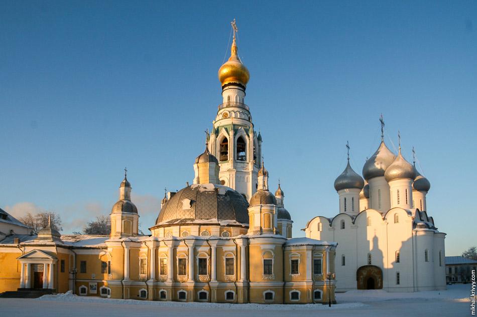 Софийский Собор (справа). Воскресенский собор (по центру). За ним Колокольня Софийского собора. Вологда.