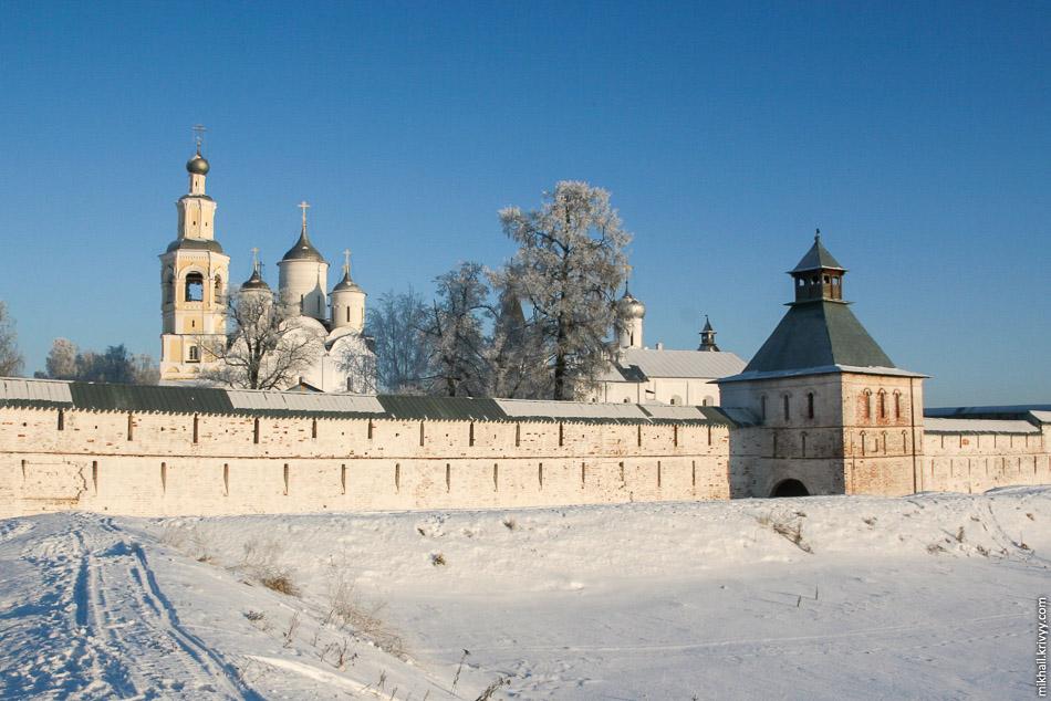 Спасо-Прилуцкий монастырь. Вид со стороны южной стены.
