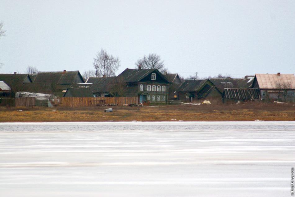 Деревня Войцы. Находится на одноименном острове. В период ледостава не имеет сообщения с большой землей. А во время весеннего паводка деревня подвергается угрозе затопления.