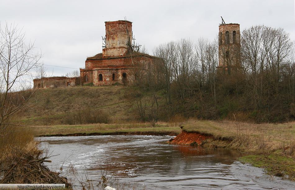 Слева направо: Никольская церковь - 1736 г. (остались только стены), Воскресенский собор - 1764 г. и колокольная - 1730 г.