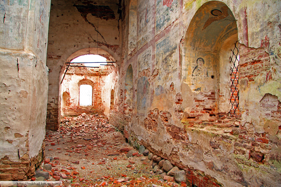 Бурегский Преображенский монастырь - в некоторых местах отчетливо видны фрески.
