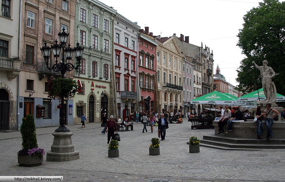 Единственное приличное место старого Львова. Львов как был грубым, обшарпаным и базарным городом 20 лет назад, так им и остался. Единственной что стало приличнее - это вокзал.