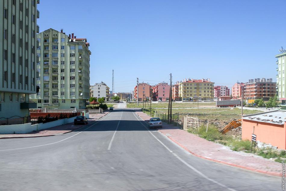 На окраинах строится большое количество спальных районов. С точки зрения отношения к инфраструктуре очень похоже на Россию. Вроде и плиточка, и асфальт, а все равно тяп-ляп.