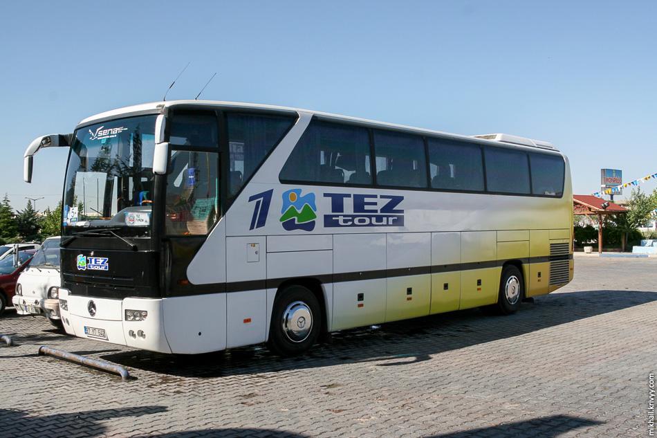 Наш автобус на одной из остановок.