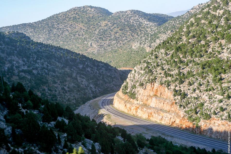 Дорога через перевал активно реконструируется.  Не удивлюсь если они тут через пару лет построят автомагистраль.