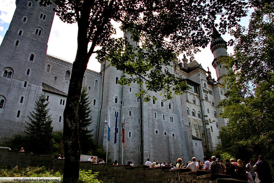 Замок не такой маленький, как может показаться из далека.