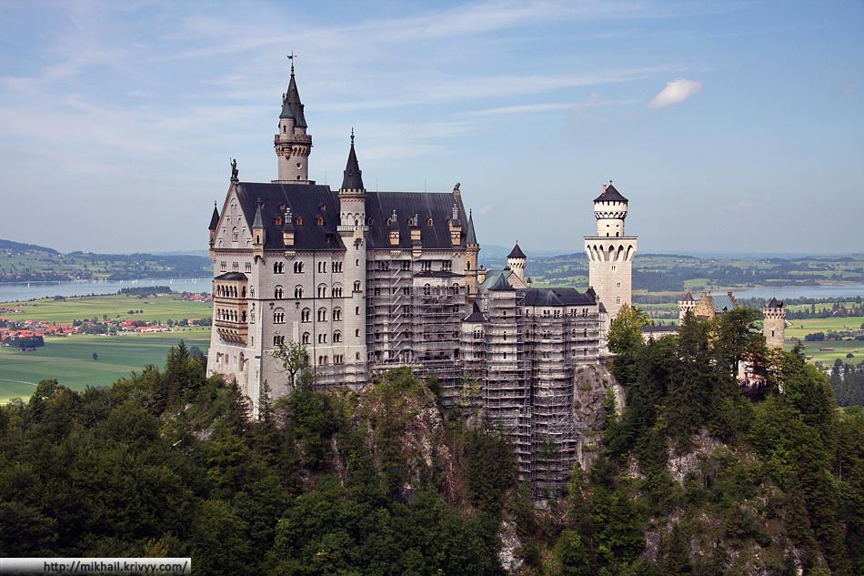 Открыточный вид. Самый знаменитый замок Германии - Нойшванштайн (Neuschwanstein). Со строительными лесами нам не очень повезло.