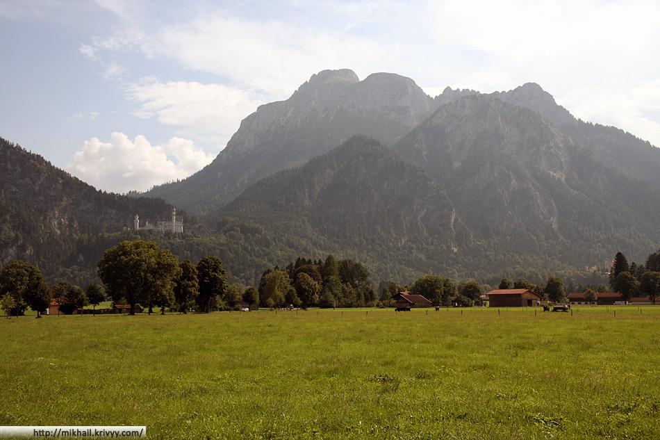 Вид на замок с немецких равнин. Тут начинаются Альпы, и тут начинается Австрия.