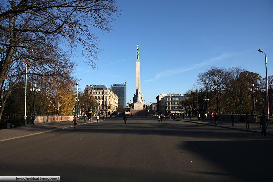 """Памятник свободы. Примечателен тем что находится у """"центрального"""" (условно) входа в Старую Ригу."""