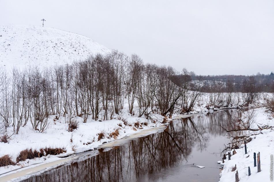 Княжна гора — городище в виде холма, находится на правом берегу реки Явонь, в 8 км от посёлка Демянск вблизи деревни Пески. По результатам раскопок 1980 года было установлено, что, впервые поселение возникло здесь в конце первого тысячелетия нашей эры.