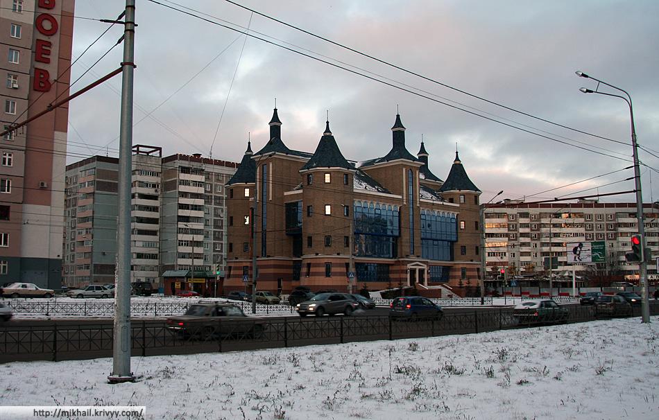 Слава Растрелли не дает спокойно спать казанским архитекторам даже в спальных районах. С архитектурой в Казани, пожалуй, хуже чем в Москве.