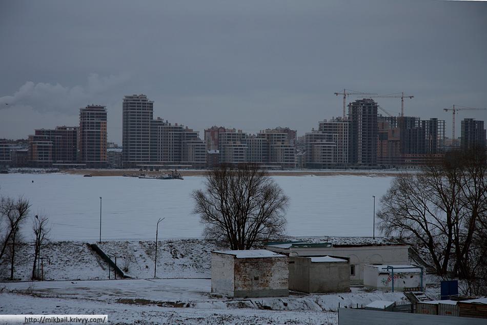 Стройка напротив Кремля. Правый берег реки Казанки.