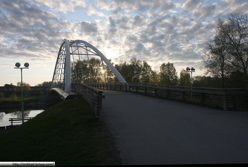 Пешеходный мост в парке  Кирьюринлуото (Kirjurinluoto).