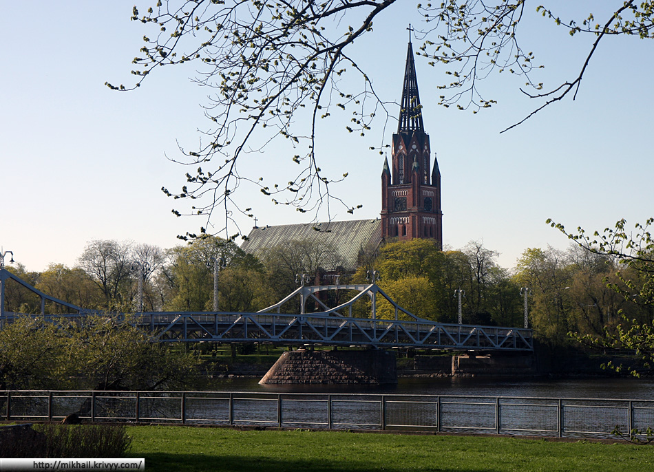 Центральный лютеранский собор Пори и железный мост 1926 года постройки.