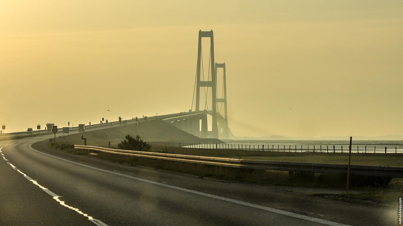 Мост большой Бельт (Great Belt Bridge). Вид с низкой части моста.