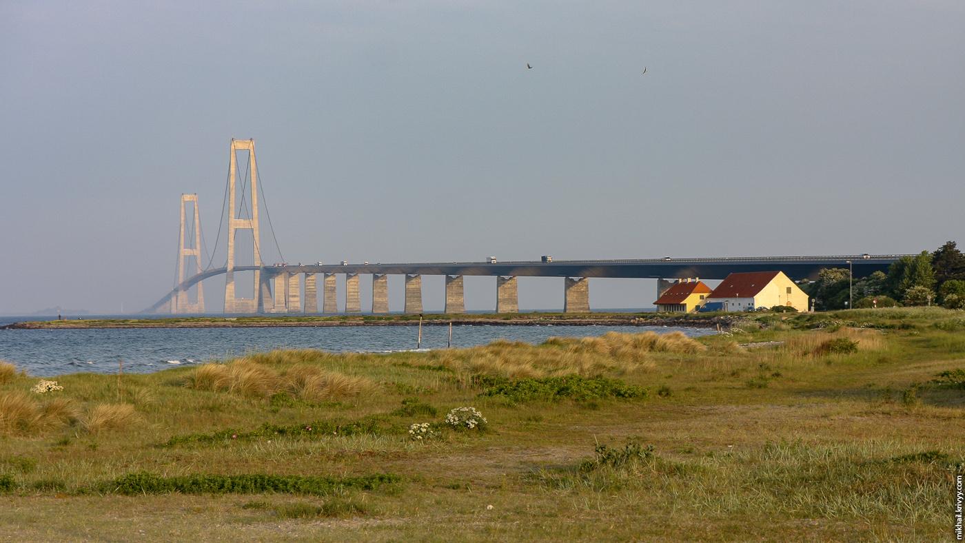 Мост большой Бельт (Great Belt Bridge). Вид на высокую часть моста и основной пролет с восточной стороны пролива Большой Бельт.