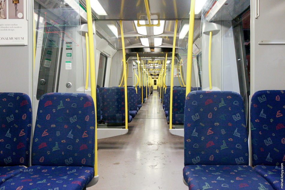 Внутри вагона поезда Стокгольмского метро. Главное отличие от нашего - очень тихо.