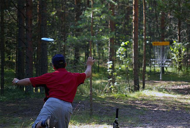Бросок Иосифа Юсима во время турнира посвященного открытию первого стационарного диск-гольф парка