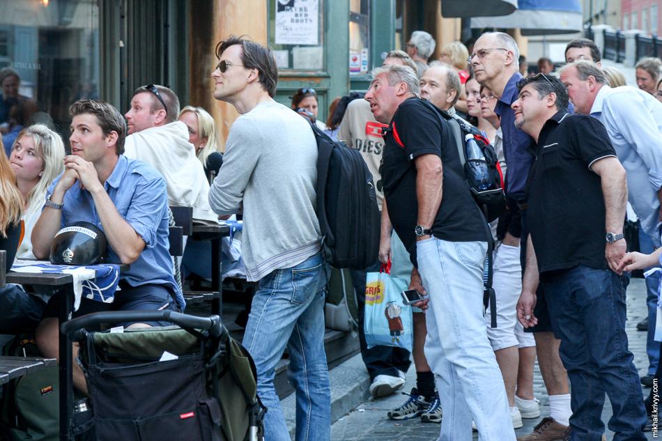 Старый город. Телевизор в кафе виден с улицы. Играют юниоры - сборная Швеции против сборной Англии. Бьют пенальти, счет 3:3.