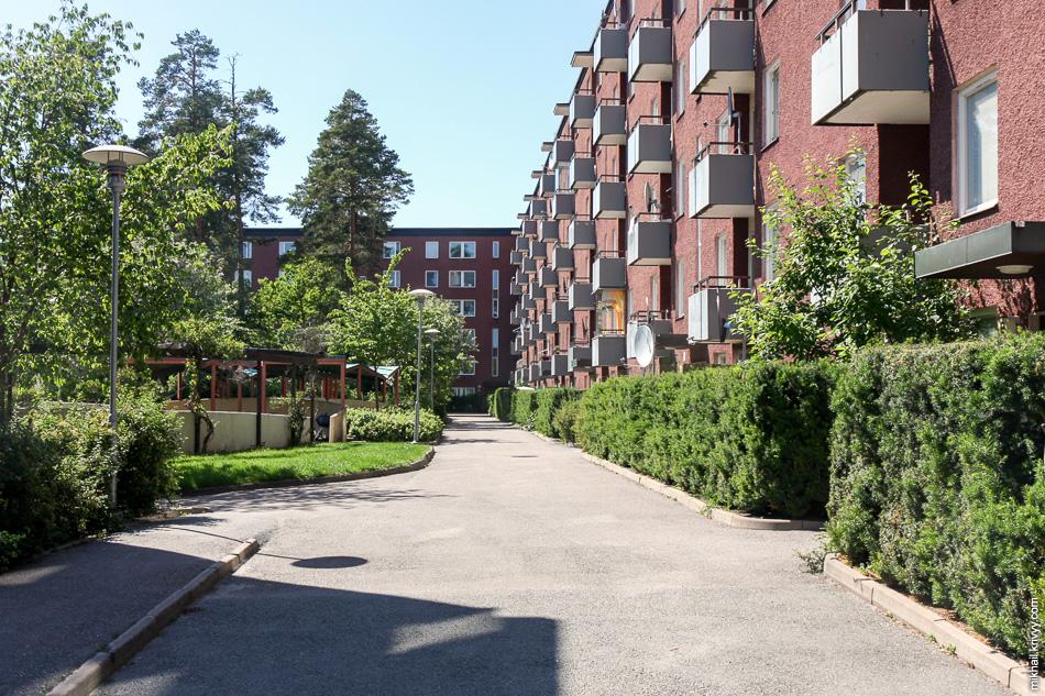 Рядовой спальный район Стокгольма. Не находите ничего необычного? Машин во дворе нет. Ни один балкон не застеклен.