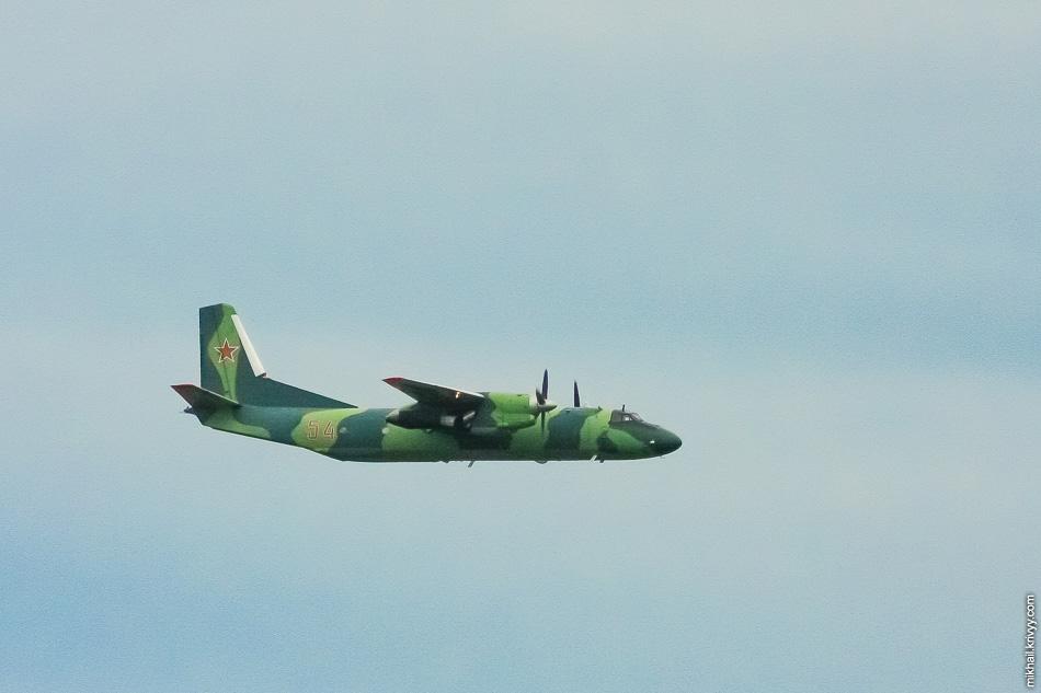 Ан-26 в небе над Сольцами. Новгородская область.