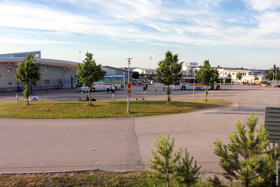 Информаторы аэропорта Скавста вещают не только в терминале, но и на лужайке перед ним