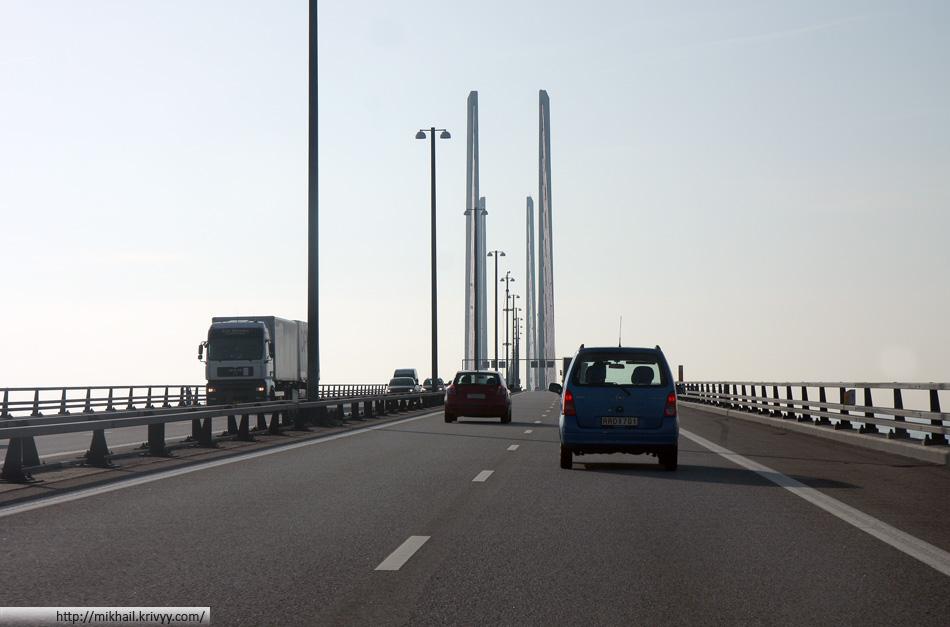 Эресуннский мост. Вид из автомобиля. Редкий водитель держит в руках только руль.