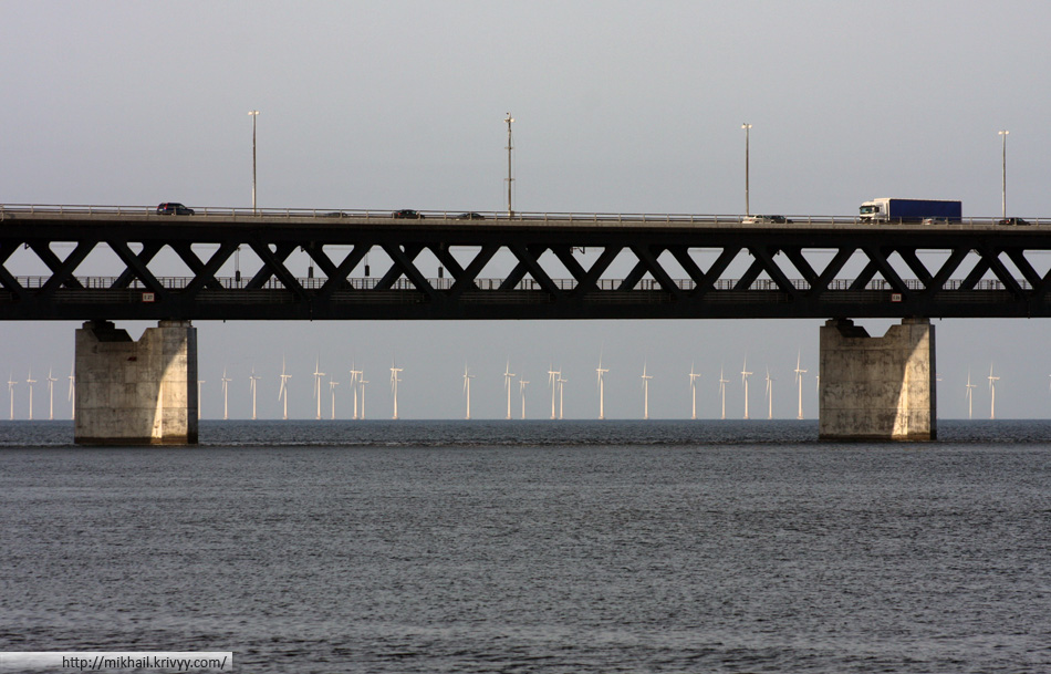 Эресуннский мост двухъярусный. Нижний ярус - железная дорога.