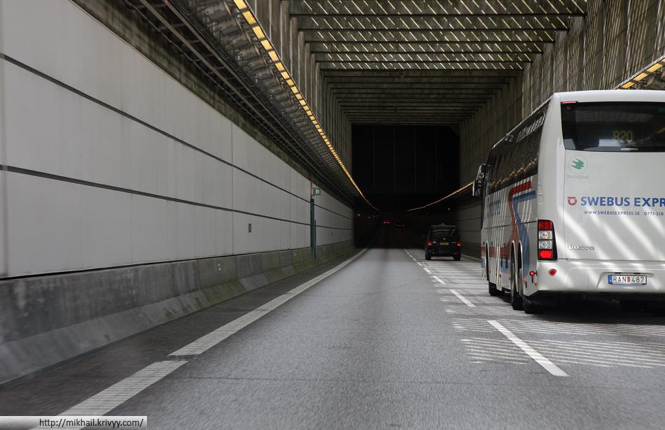Въезд и выезд в тоннели прикрыты прерывающимися балками. Это позволяет сгладить переход со светлой улицы в темный тоннель и обратно.