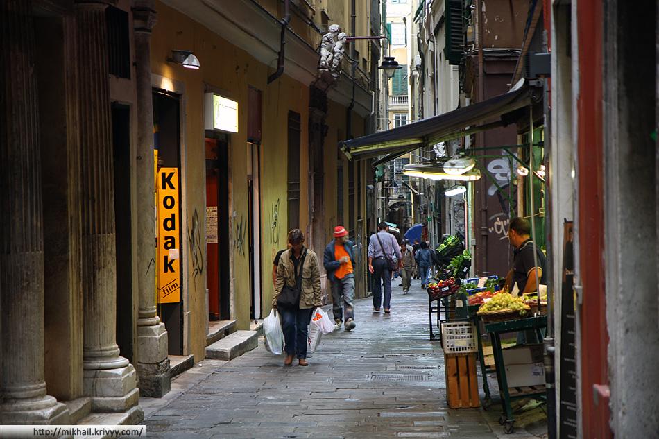 В Генуе очень много улиц построенных до появления автомобилей.