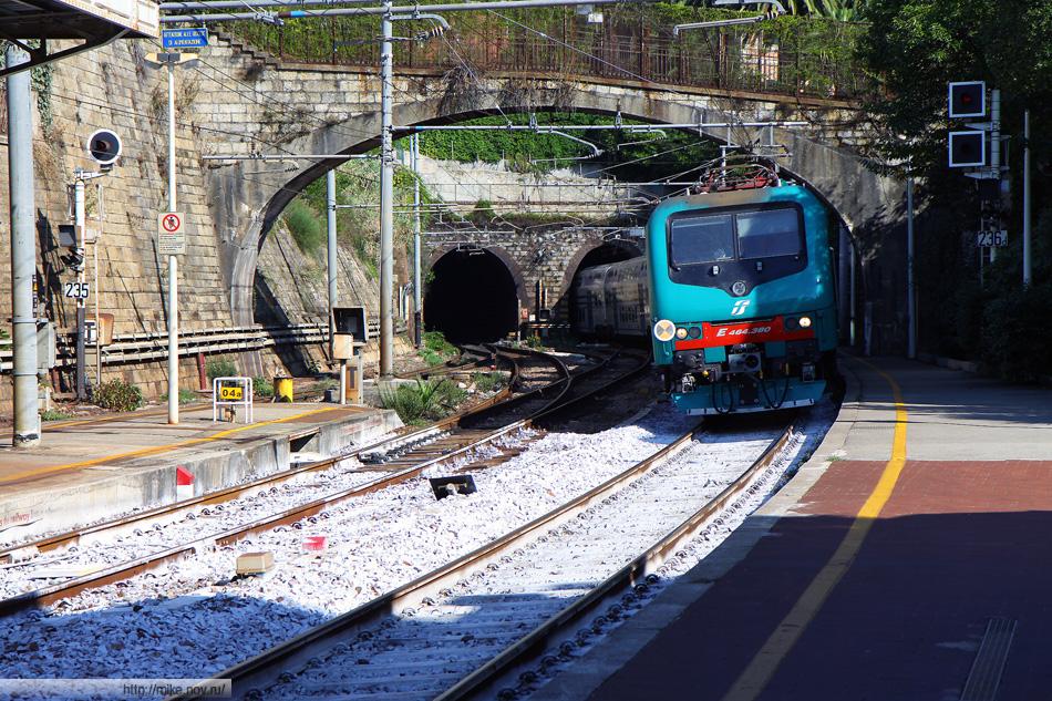 Поезд до Милана на станции Санта Маргарите Лигуре-Портофино