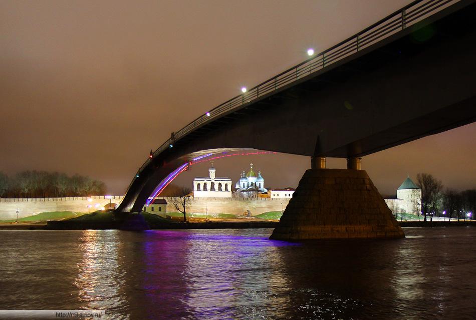 """Пешеходный """"горбатый"""" мост. Звонница Софийского Собора, Софийский Собор."""