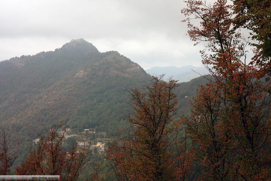 Аппенины. Над Рапалло на высоте 600 метров стоит святилище Сантуарио-делла-Мадонна-ди-Монталлегро, основанное в 1557 году и связанное с городом канатной дорогой. Вид с горы Монте Роза.
