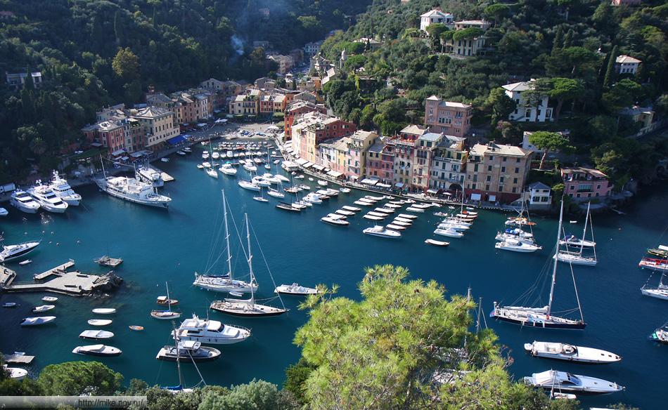 Стандартна панорама Портофино (Portofino). Подобные фотографии есть почти во всех туристических проспектах по Портофино.