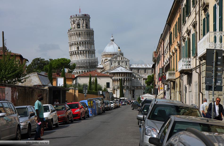 Пизанская башня на фоне Пизанской улицы.