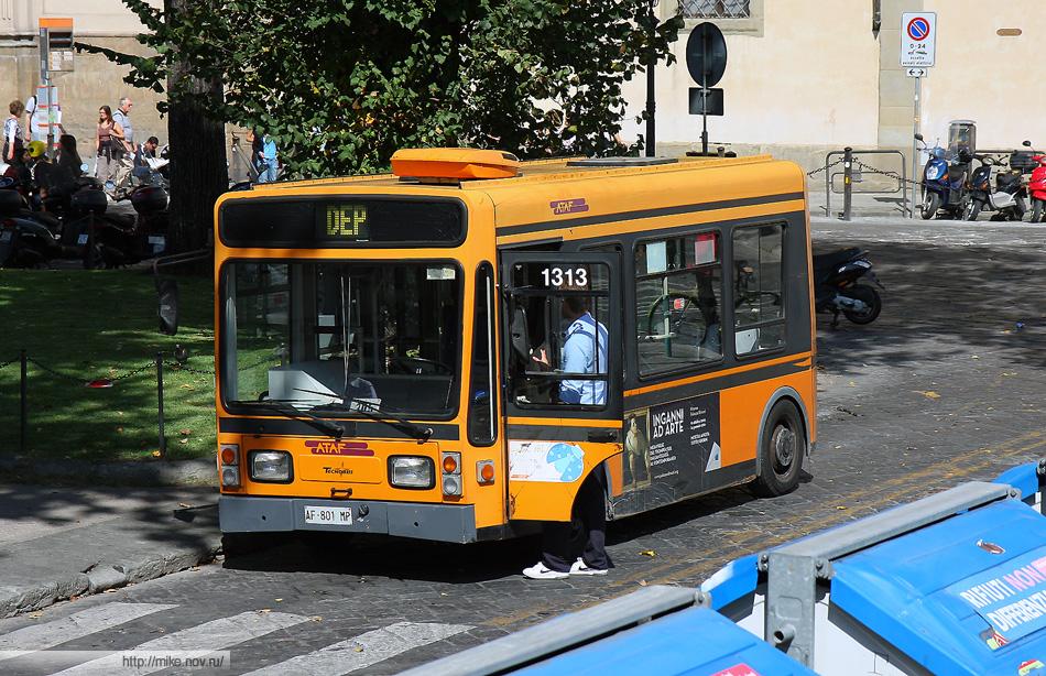 Вот такие автобусы ходят в центру Флоренции. Автобусы на аккумуляторах. Мотора не слышно - его заменяет очень неприятный писк.