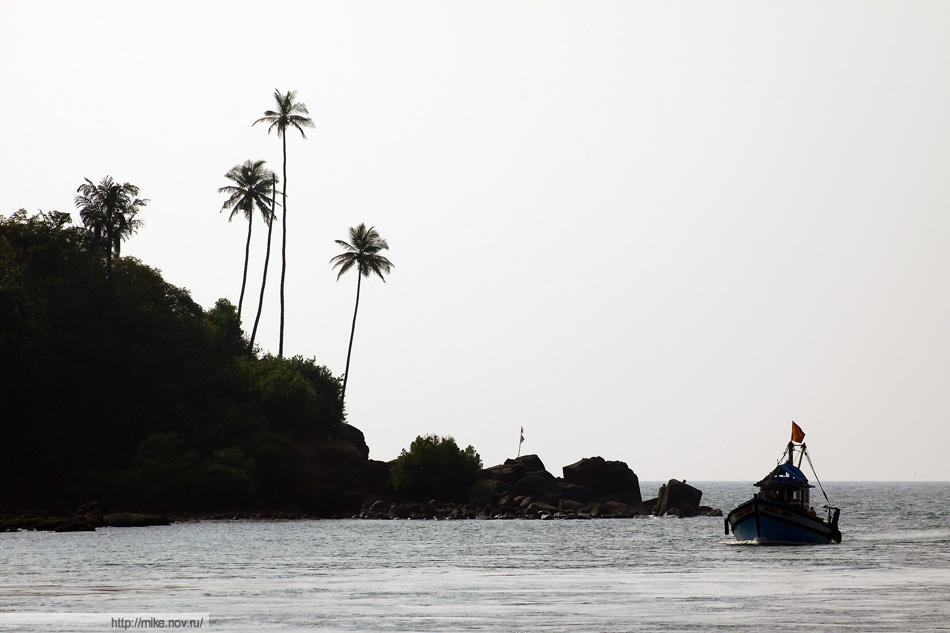 Пляж не очень живописный. Кроме этих трех пальм особо зацепиться не за что.