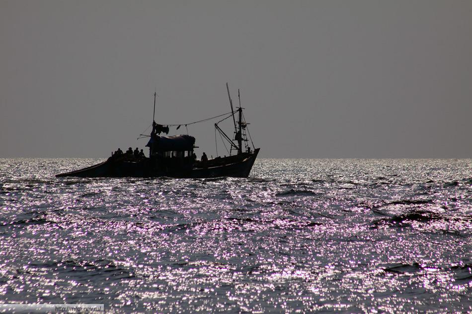 Рыбацкий баркас. Судя по нему и рыбацким сетям - пляж пологий.