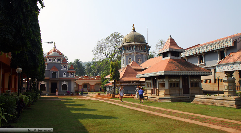 Индуистский храм Shri Mahalasa Devasthan. По старой индийской традиции у пацанов из нашей группы стырили тапочки. Видать большие размеры тут не в ходу.