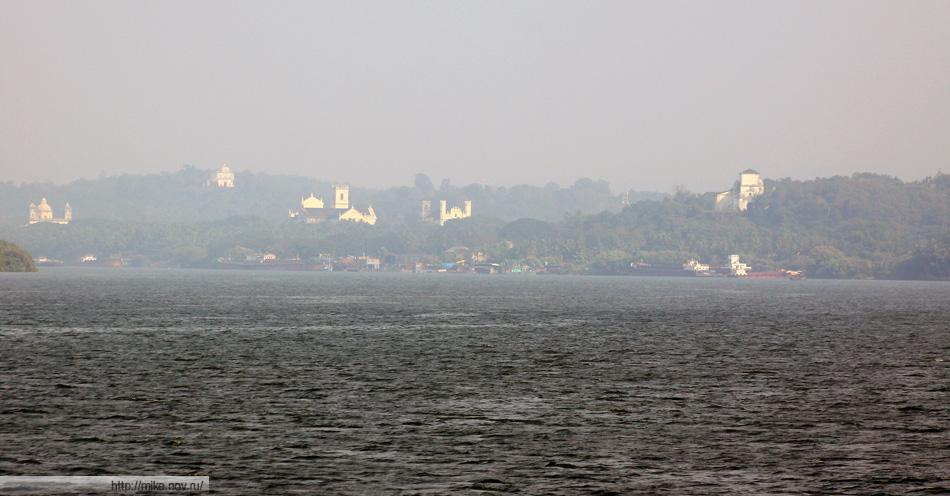 Католические храмы старого Гоа. Вид с реки Мандови.