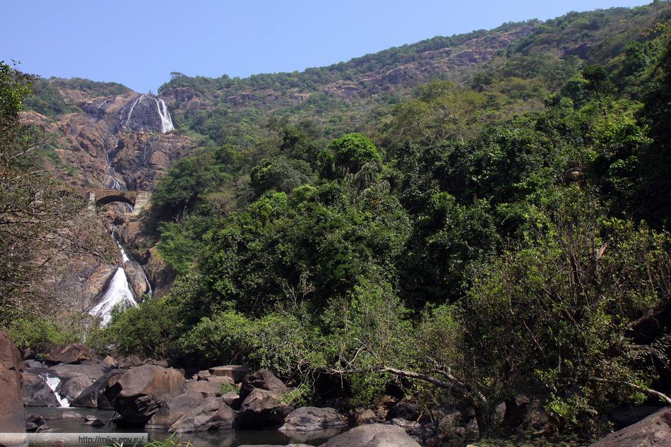 Панорама водопада Дудсагар (Гоа, Индия)
