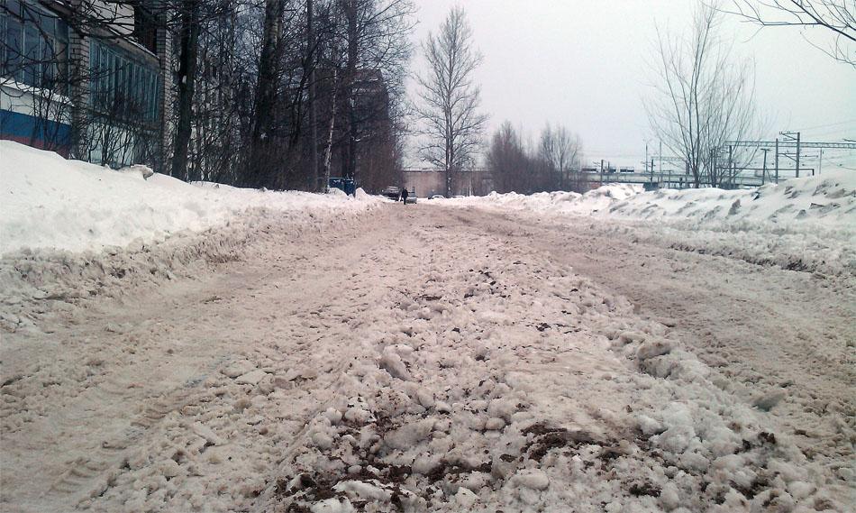 Это улица. И улица это Космонавтов. Фотография сделана сразу после того как улицу почистил и посыпал песком автомобильно новгородского спецавтохозяйства.