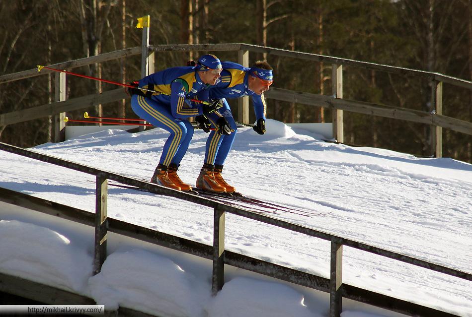 А катят ли лыжи? Женщины начинают смешанную эстафету через 15 минут, а мужчины все еще с лыжами решить не могут.